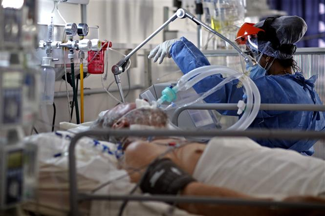 Nhân viên y tế điều trị cho bệnh nhân COVID-19 tại bệnh viện ở Cordoba, Argentina, ngày 6-7-2021. Ảnh: AFP/TTXV