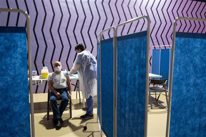 Nhân viên y tế tiêm vaccine phòng COVID-19 cho người dân tại Turin, Italy, ngày 27-5-2021. Ảnh: AFP/ TTXVN