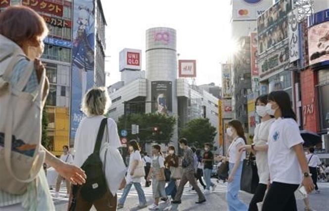 Người dân đeo khẩu trang phòng lây nhiễm COVID-19 tại Tokyo, Nhật Bản, ngày 27-7-2021. Ảnh: Kyodo/TTXVN