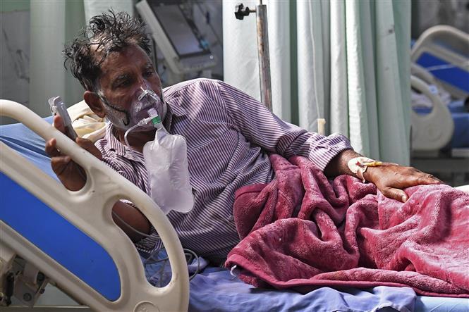 Bệnh nhân COVID-19 được hỗ trợ thở oxy tại bệnh viện ở Moradabad, Ấn Độ, ngày 5-5-2021. Ảnh: AFP/TTXVN