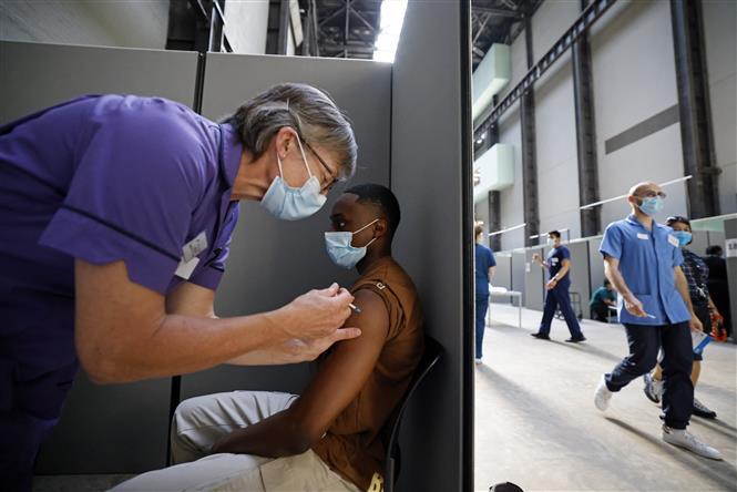 Tiêm vaccine ngừa COVID-19 tại London, Anh. Ảnh: AFP/TTXVN