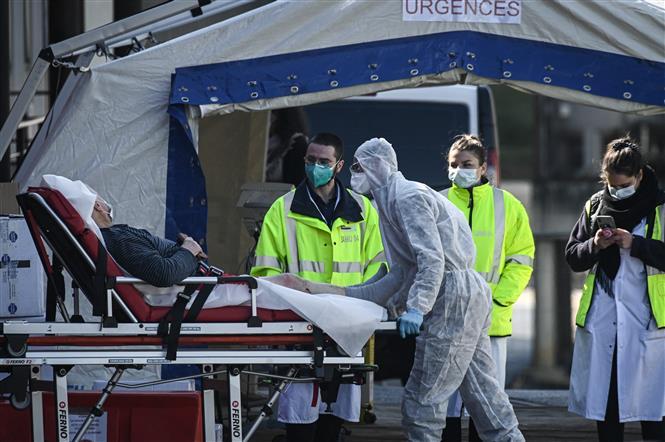 Chuyển bệnh nhân COVID-19 tới phòng điều trị khẩn tại bệnh viện ở Creteil, gần Paris, Pháp ngày 22-7-2021. Ảnh: AFP/TTXVN