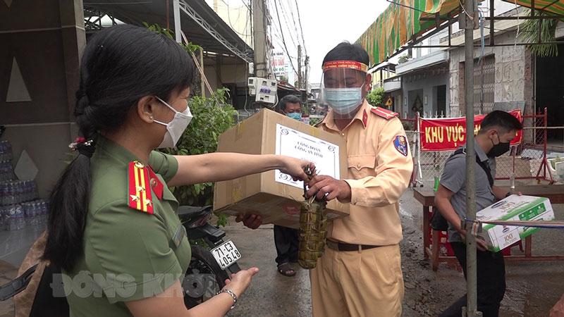 Công đoàn tặng quà cho lực lượng làm nhiệm vụ tại khu vực phong tỏa ở xã An Thạnh, huyện Thạnh Phú.