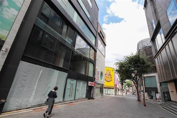 Cảnh vắng vẻ trên đường phố tại Seoul, Hàn Quốc ngày 18-7-2021, trong thời gian áp đặt các biện pháp hạn chế phòng dịch COVID-19. Ảnh: Yonhap/TTXVN