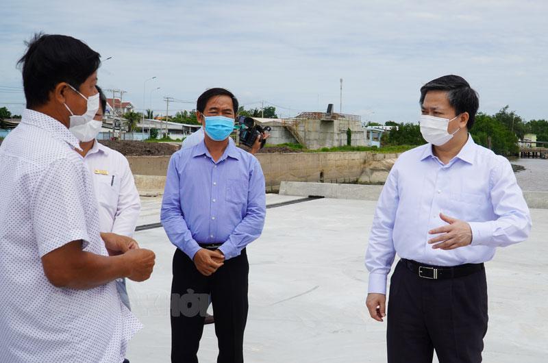 Bí thư Tỉnh ủy Lê Đức Thọ kiểm tra công trình trọng điểm.
