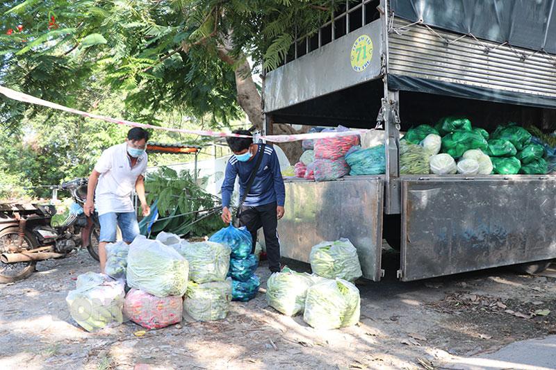 Xe lưu động bán nông sản ở xã Phú Hưng, TP. Bến Tre. Ảnh: T. Thảo