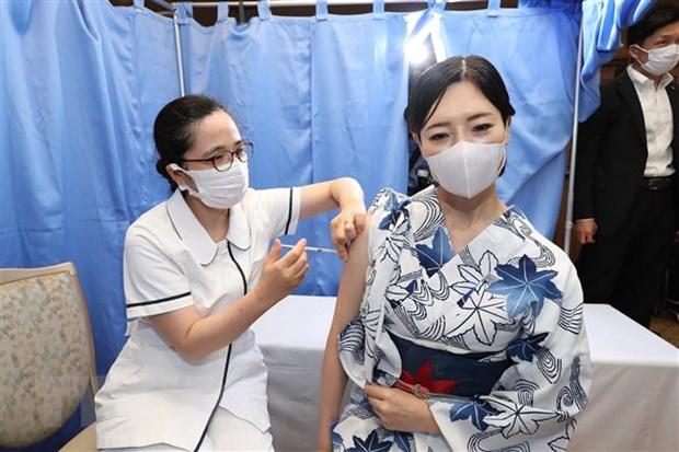 Nhân viên y tế tiêm vaccine ngừa COVID-19 cho người dân tại Tokyo, Nhật Bản ngày 25-6-2021. (Ảnh: AFP/TTXVN)