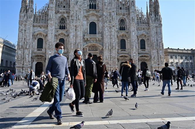 Người dân đeo khẩu trang phòng dịch COVID-19 tại Milan, Italy. Ảnh: AFP/TTXVN