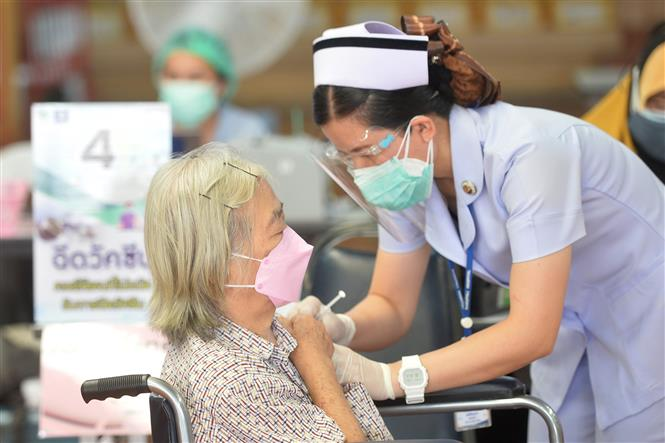 Nhân viên y tế tiêm vaccine phòng COVID-19 cho người dân tại Samut Prakan, Thái Lan, ngày 26-7-2021. Ảnh: THX/ TTXVN