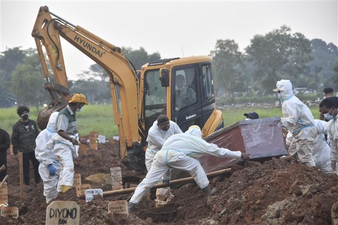 Chôn cất thi thể bệnh nhân COVID-19 tại Bekasi, Indonesia ngày 20-7-2021. Ảnh: AFP/TTXVN