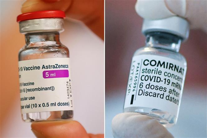 Vaccine ngừa COVID-19 của AstraZeneca (trái) và vaccine ngừa COVID-19 của BioNTech Pfizer (phải). Ảnh: AFP/TTXVN