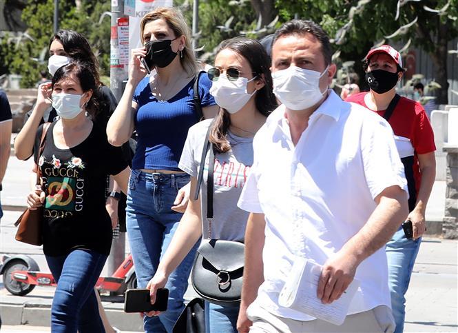 Người dân đeo khẩu trang phòng dịch COVID-19 tại Ankara, Thổ Nhĩ Kỳ ngày 21-5-2021. Ảnh: AFP/TTXVN