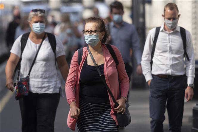 Người dân đeo khẩu trang phòng dịch COVID-19 tại London, Anh ngày 19-7-2021. Ảnh: THX/TTXVN