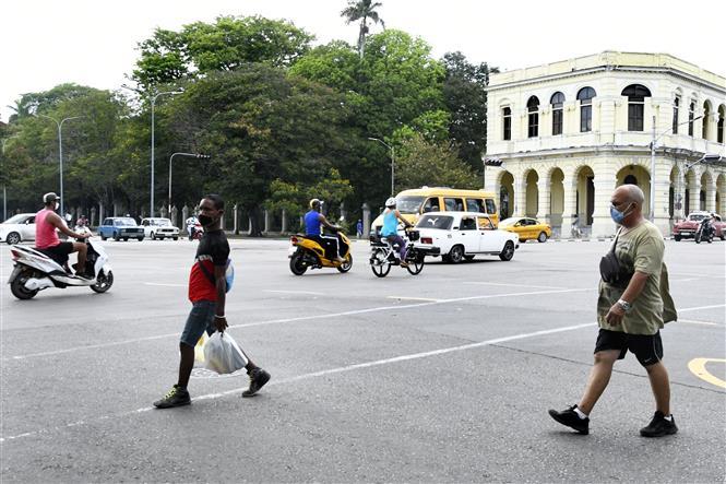 Người dân đeo khẩu trang phòng dịch COVID-19 tại Havana, Cuba ngày 23-6-2021. Ảnh: THX/TTXVN