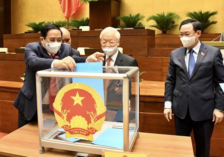 Quốc hội tiến hành phê chuẩn việc bổ nhiệm Phó Thủ tướng, Bộ trưởng và thành viên khác của Chính phủ bằng hình thức bỏ phiếu kín. Ảnh: VGP/Nhật Bắc