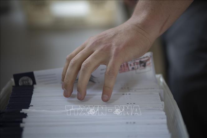 Nhân viên bầu cử kiểm phiếu bầu Tổng thống Mỹ tại Easton, bang Pennsylvania (Mỹ) ngày 3-11-2020. Ảnh tư liệu: AFP/TTXVN