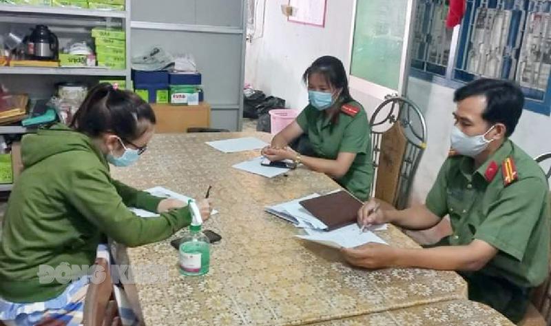 Cơ quan công an làm việc với đương sự T. L. L. N ở thị trấn Giồng Trôm. Ảnh: Lê Nguyễn.