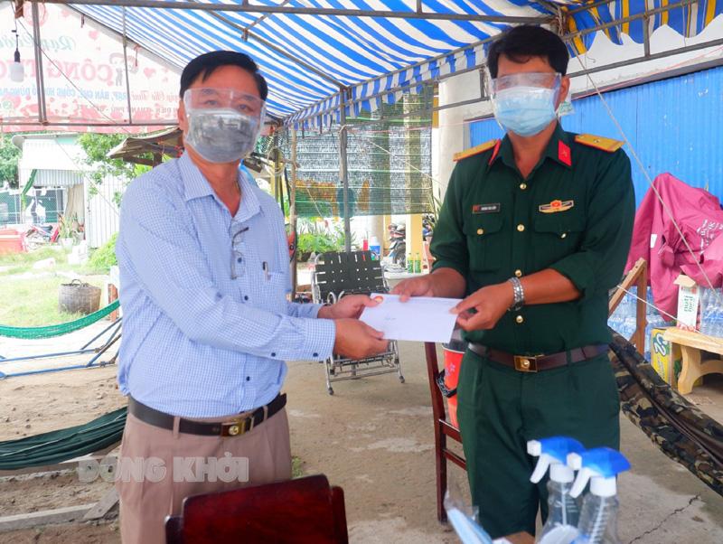 Phó Chủ tịch HĐND tỉnh Lê Văn Khê tặng quà cho lực lượng trực chốt tại xã An Điền. Ảnh: Minh Mừng.