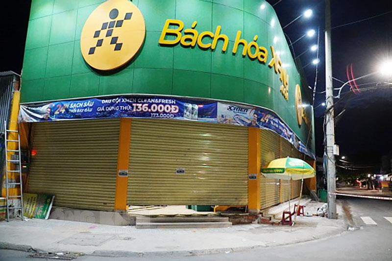 Trước 18 giờ cửa hàng tiện ích trên đường Nguyễn Huệ đã đóng cửa trước.