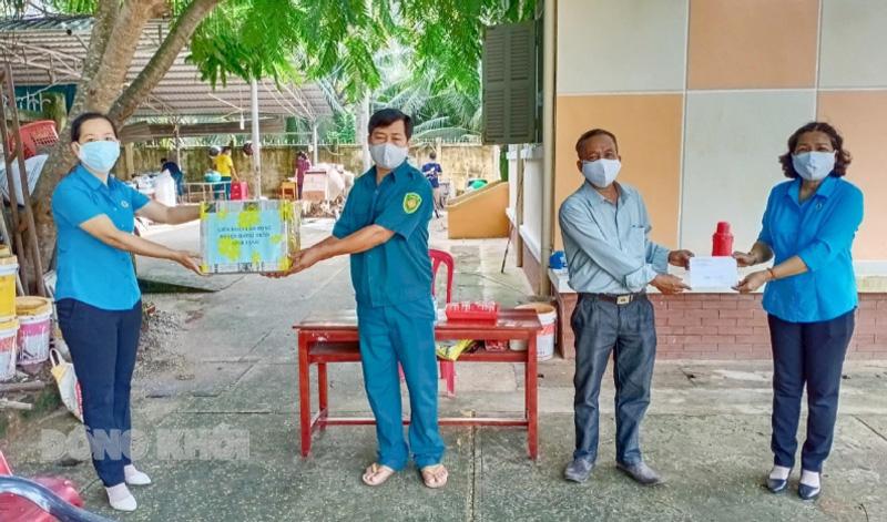 LĐLĐ huyện thăm, tặng quà khu cách ly tập trung tại xã Hưng Nhượng. Ảnh: Diệu Hiền.