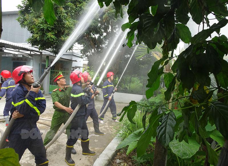 Thực tập phương án phòng cháy, chữa cháy tại khu dân cư phường An Hội, TP. Bến Tre. Ảnh: M. Thơ