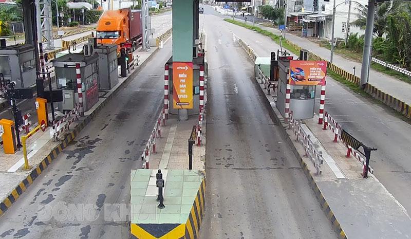 Trạm thu phí cầu Rạch Miễu QL60 tạm dừng hoạt động (ảnh trích xuất từ camera tổng quan trong ngày 29-7-2021).