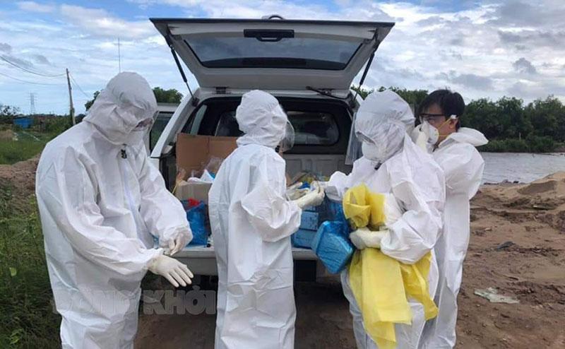 Cán bộ y tế CDC làm nhiệm vụ truy vết tại Bình Đại. Ảnh: Nguyễn Nu