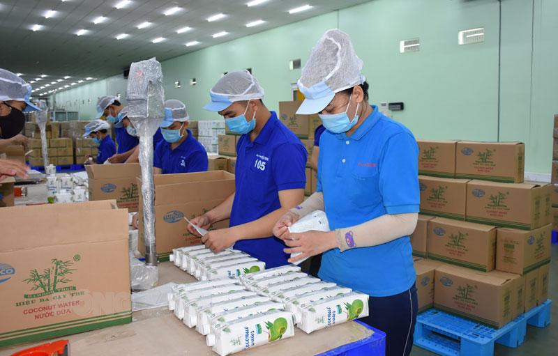 Sản xuất nước dừa đóng hộp xuất khẩu.