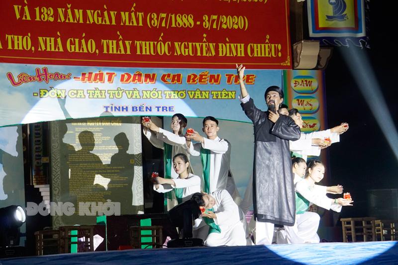 Biểu diễn nghệ thuật ca ngợi danh nhân Nguyễn Đình Chiểu.