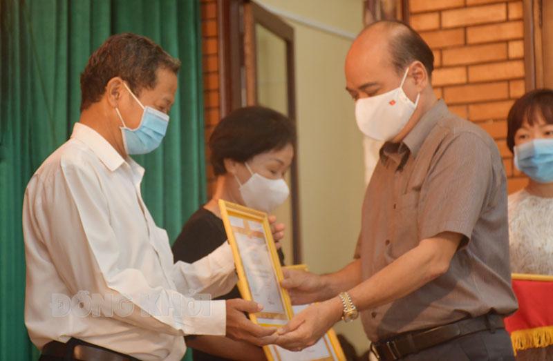 Bí thư Thành ủy TP. Bến Tre Nguyễn Văn Tuấn trao giấy khen cho các chi bộ đạt trong sạch, vững mạnh toàn diện.