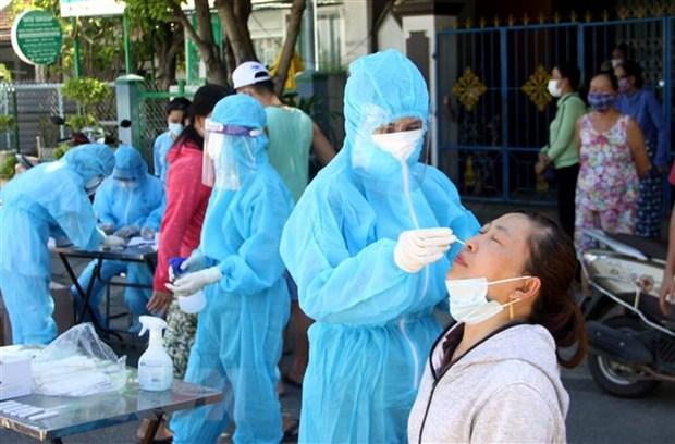 Lực lượng Y tế lấy mẫu test nhanh cho người dân trong khu vực nhà bệnh nhân sinh sống tại Quảng Nam. (Ảnh: Phước Tuệ/TTXVN)