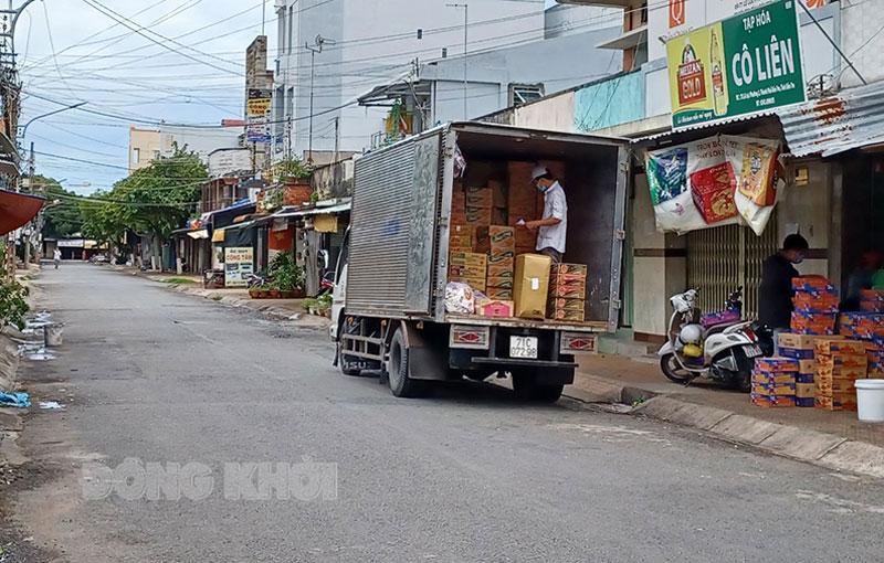 Việc kiểm tra đối với phương tiện vận chuyển hàng hoá khi ra, vào các địa điểm tập kết, trung chuyển, giao nhận hàng hoá đảm bảo tuân thủ đầy đủ các yêu cầu phòng chống dịch. Ảnh: Thạch Thảo