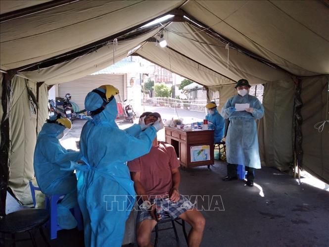 Lấy mẫu xét nghiệm sàng lọc ca nhiễm SARS-CoV-2 trong cộng đồng. Ảnh: TTXVN