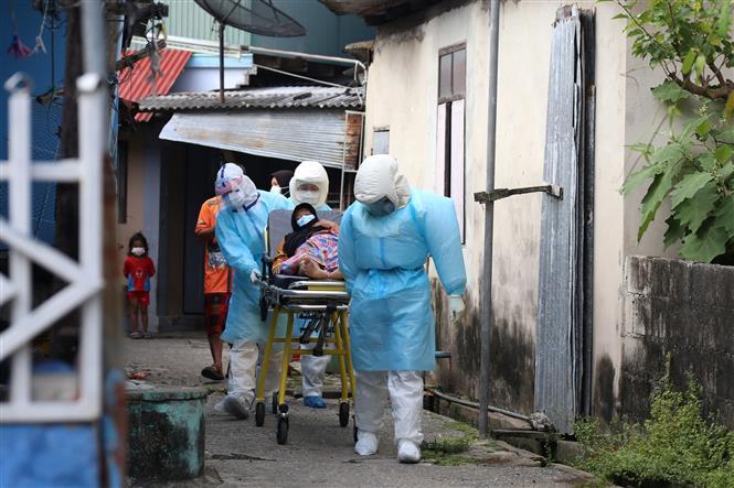 Nhân viên y tế chuyển bệnh nhân nhiễm COVID-19 tới bệnh viện ở Pattani, Thái Lan, ngày 19-7-2021. Ảnh: AFP/TTXVN