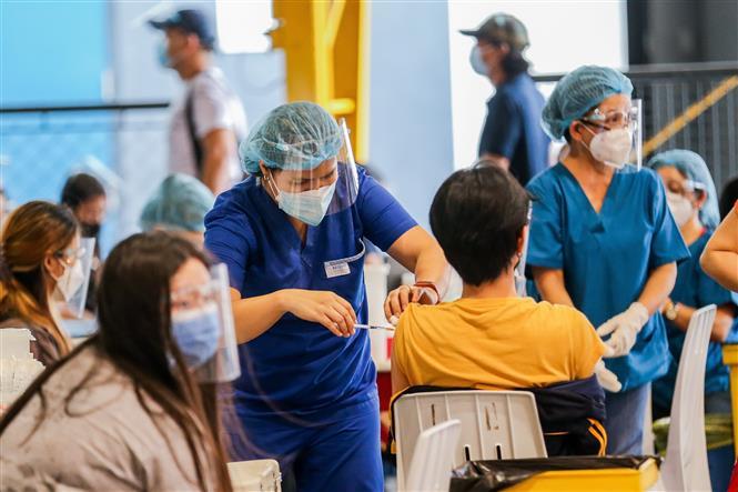 Tiêm vaccine Sinovac phòng COVID-19 cho người dân tại San Juan, Philippines. Ảnh: THX/TTXVN