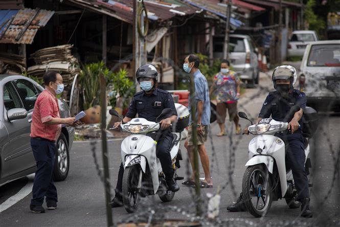 Cảnh sát tuần tra nhắc nhở người dân thực hiện các quy định phòng dịch tại Kuala Lumpur, Malaysia, ngày 24-7-2021. Ảnh: THX/TTXVN