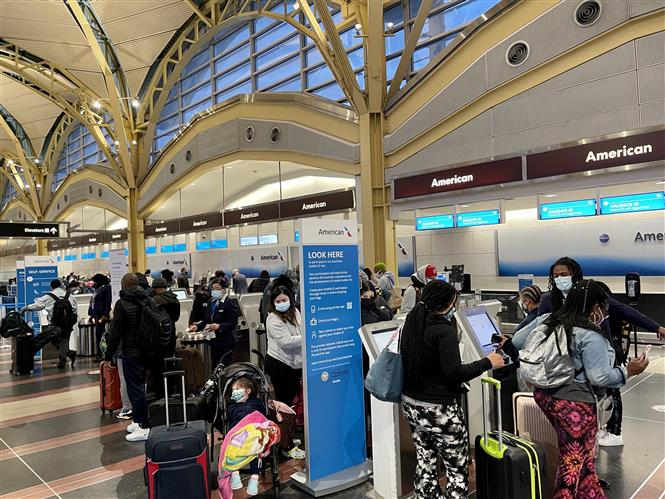 Hành khách chờ làm thủ tục tại sân bay quốc gia Ronald Reagan ở Arlington, Virginia, Mỹ. Ảnh: AFP/ TTXVN