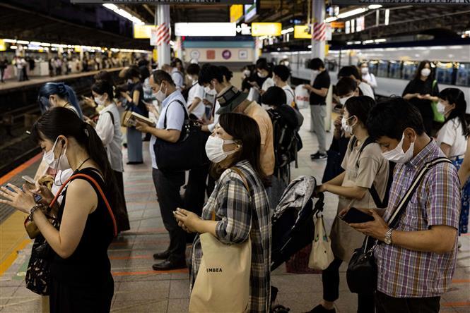 Người dân đeo khẩu trang phòng dịch COVID-19 tại Tokyo, Nhật Bản, ngày 17-7-2021. Ảnh: AFP/TTXVN