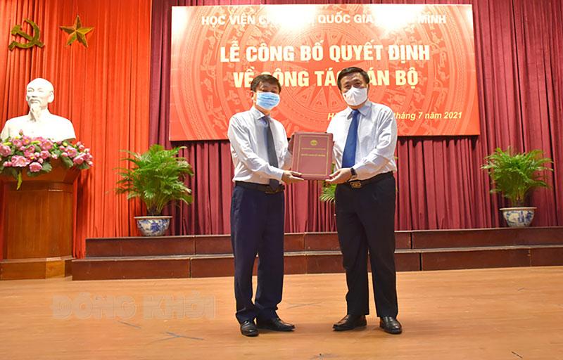 GS,TS. Nguyễn Xuân Thắng - Ủy viên Bộ Chính trị, Giám đốc Học viện Chính trị quốc gia Hồ Chí Minh trao quyết định bổ nhiệm cho PGS,TS. Phạm Minh Sơn.