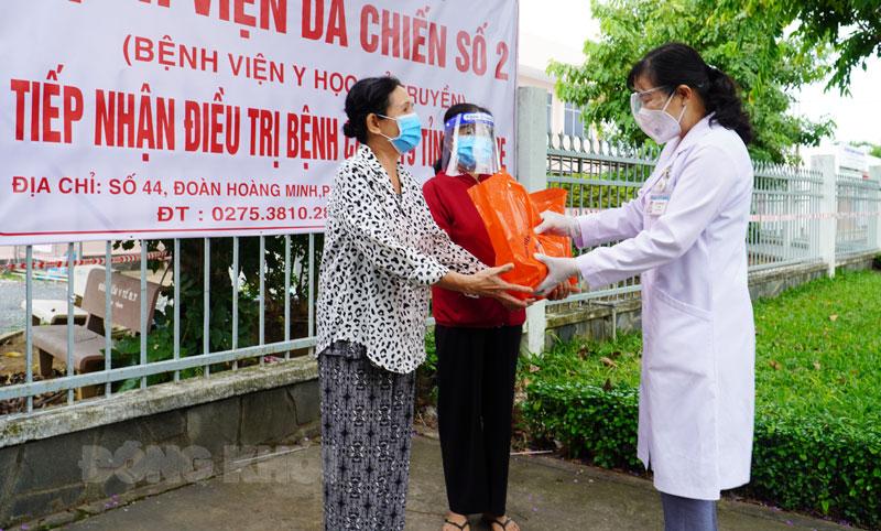 Giám đốc Bệnh viện dã chiến số 2 Võ Thị Kim Loan tặng quà cho bệnh nhân Covid-19 ra viện.