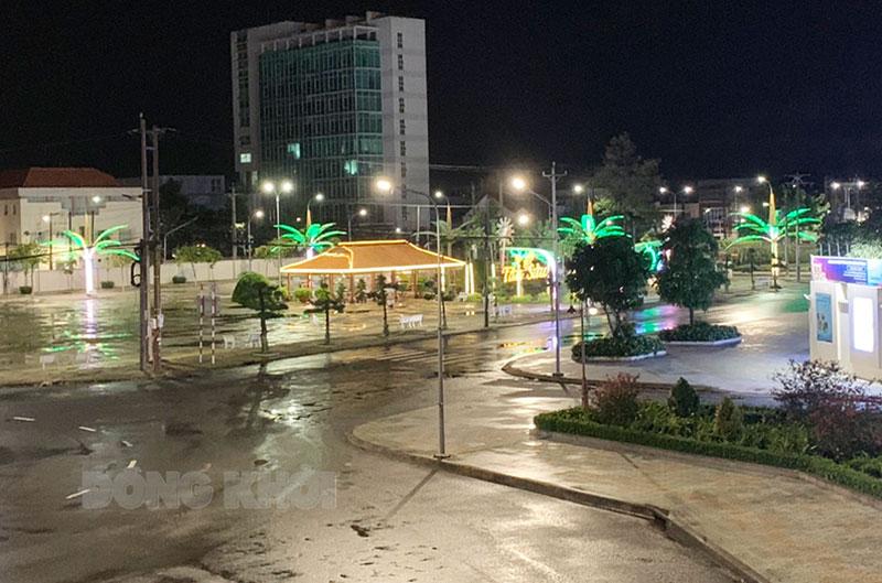 Người dân thực hiện nghiêm việc không ra đường từ 18 giờ ngày hôm trước đến 5 giờ sáng ngày hôm sau. (ảnh chụp lúc 19 giờ ngày 29-7-2021 tại một tuyến đường địa bàn phường An Hội). Ảnh: H. Anh