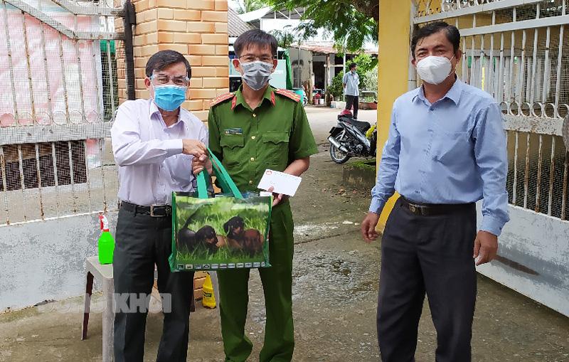 Trưởng ban Dân vận Tỉnh ủy Bùi Văn Bia tặng quà cho các chốt trực.