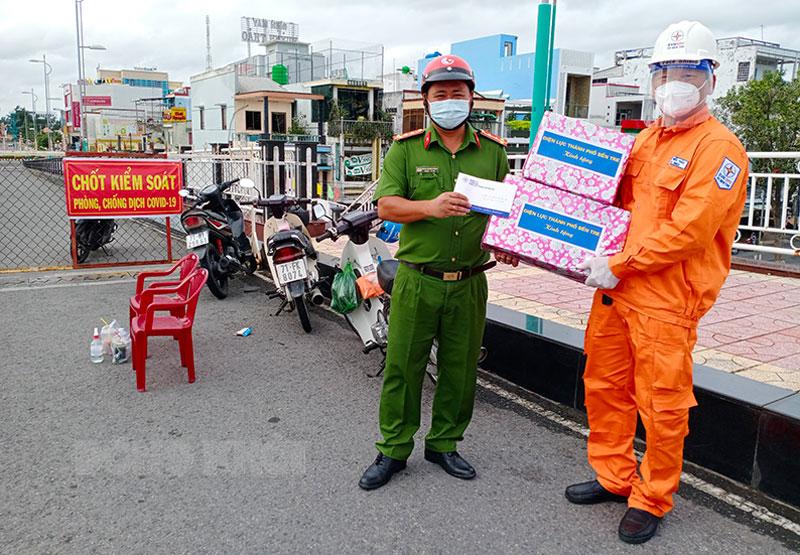 Ông Huỳnh Hiếu Thảo - Phó giám đốc Phụ trách Điện lực TP. Bến Tre tặng quà tại chốt kiểm soát cầu Bến Tre - phường An Hội.