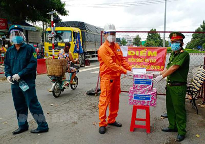 Ông Huỳnh Hiếu Thảo - Phó giám đốc Phụ trách Điện lực TP. Bến Tre tặng quà tại chốt kiểm soát cầu Mỹ Hóa - Phường 7.
