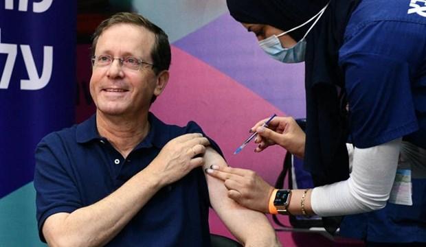 Tổng thống Herzog tiêm mũi thứ ba vaccine COVID-19. (Nguồn: haaretz.com)
