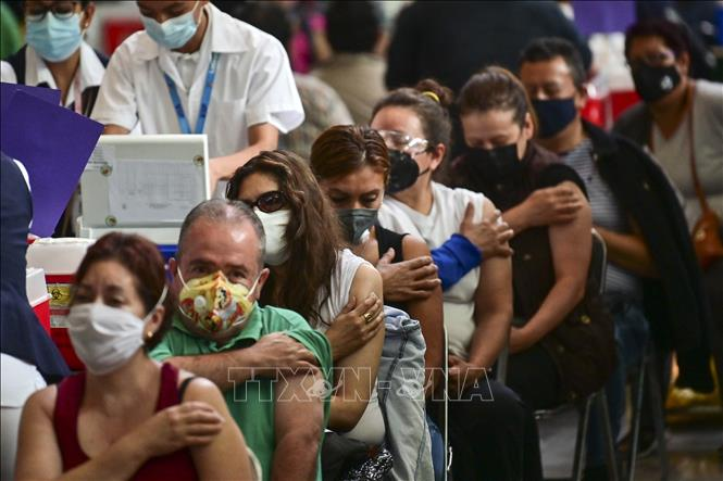 Người dân tại khu vực chờ sau khi tiêm vaccine phòng COVID-19 tại Mexico City, Mexico, ngày 6-7-2021. Ảnh: AFP/TTXVN
