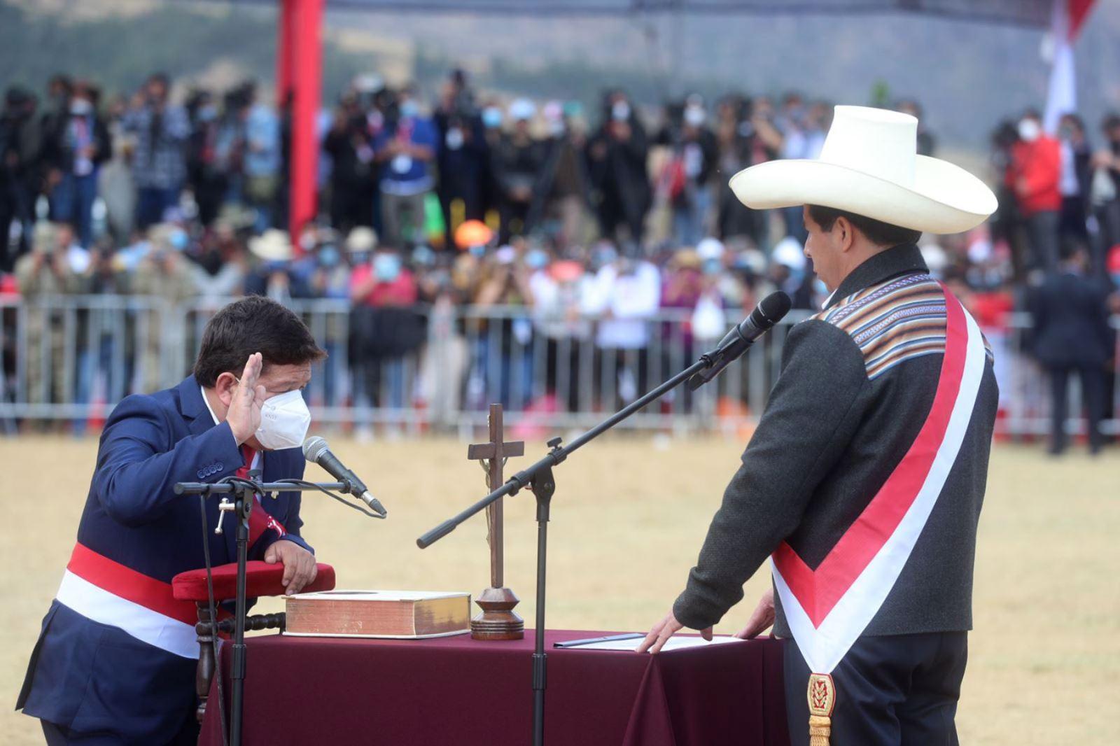 Ông Guido Bellido tuyên thệ nhậm chức. Ảnh: andina.pe
