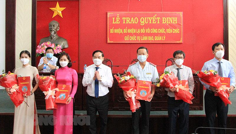 Chủ tịch UBND tỉnh Trần Ngọc Tam trao quyết định và hoa chúc mừng cho các đồng chí được bổ nhiệm, bổ nhiệm lại.