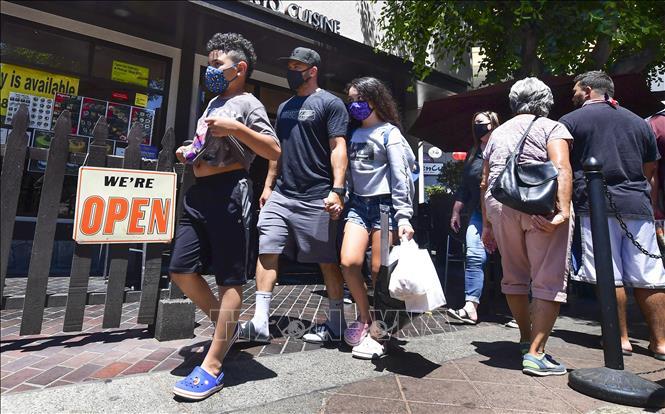 Người dân đeo khẩu trang phòng dịch COVID-19 tại New York, Mỹ. Ảnh: AFP/TTXVN