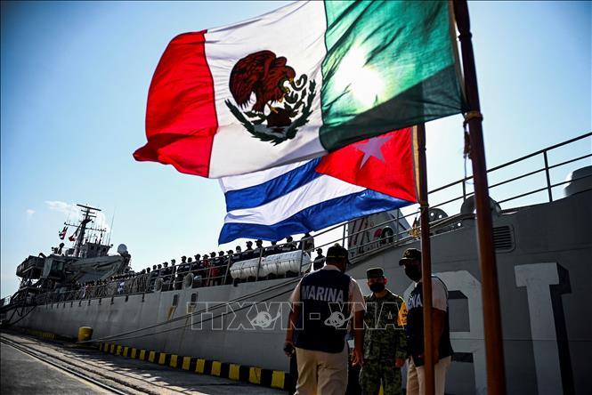 Tàu Libertador Bal-02 của Hải quân Mexico mang theo hàng viện trợ cập cảng La Habana, Cuba ngày 30-7-2021. Ảnh: AFP/TTXVN